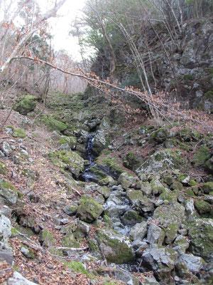 しばらく急登を頑張ると大きな岩がゴロゴロの沢に出くわします 一枚岩やちょっとした家くらいの巨岩もあり大迫力