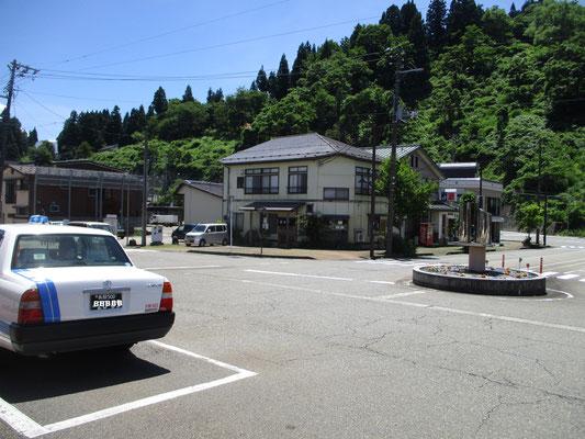 只見線始発の小出駅前 向こうに一軒見えるのが駅前の食堂「富貴亭」