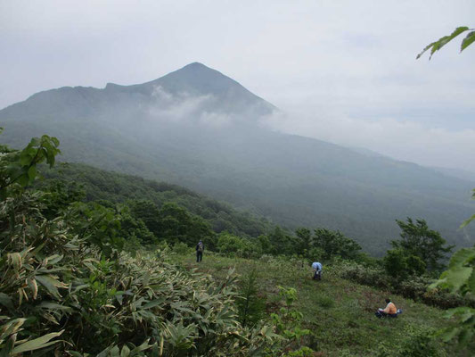 霧に霞む磐梯山、下にはタケノコ採りのオバちゃん達