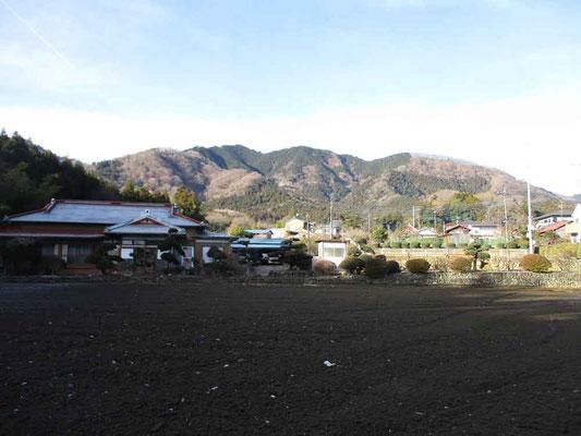 9時に出発し荻野神社で参拝後、登山口に向かいます 西山三山の経ヶ岳がきれいに見えます