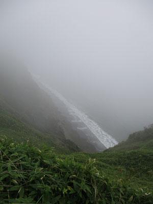 写真ではこの程度ですが、底から沸き上がる波の音だけの絶壁 レイ・ブラッドベリーの「霧笛」を彷彿とさせます