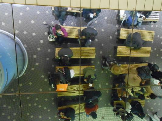 札幌駅中央通路、座って上を見上げると鏡のようになっていました