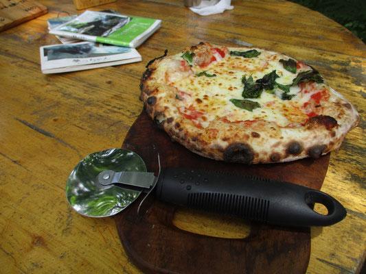 「今日はたまたまご用意がありますので〜」とピザを熱心にすすめられ〜