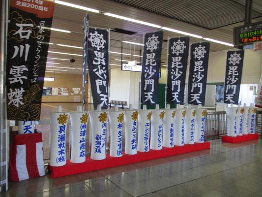 浦佐駅には大きなろうそくのモニュメントが並んでいました