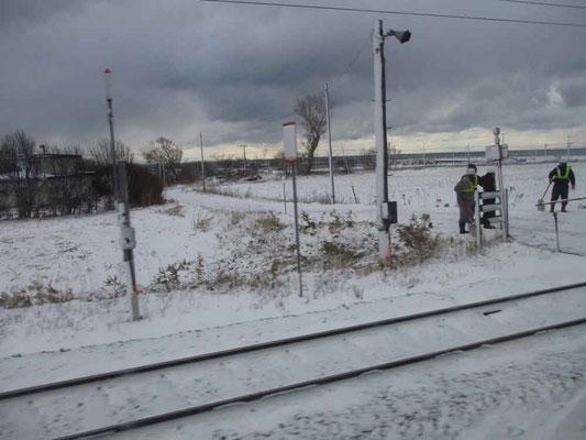 保線のために厳しい寒さ・強風のなかでも鉄路を守ってくれています