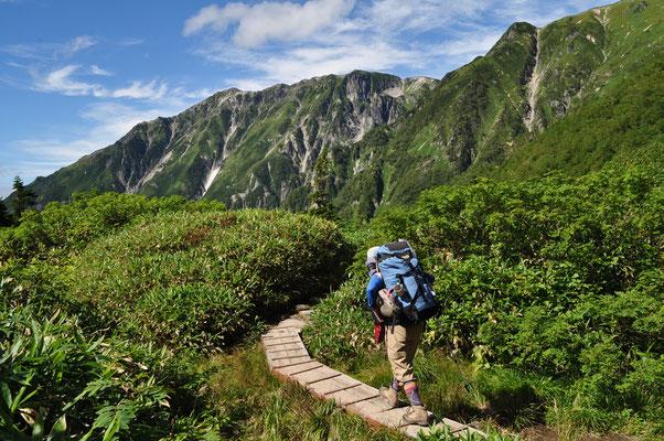 右手に笠ヶ岳に続く稜線を見ながらひたすら下る