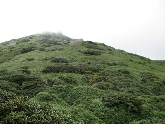 宮之浦岳山頂を目指している最中 時折雲が切れる