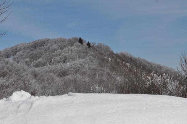 稜線から斑尾山の山頂を見る