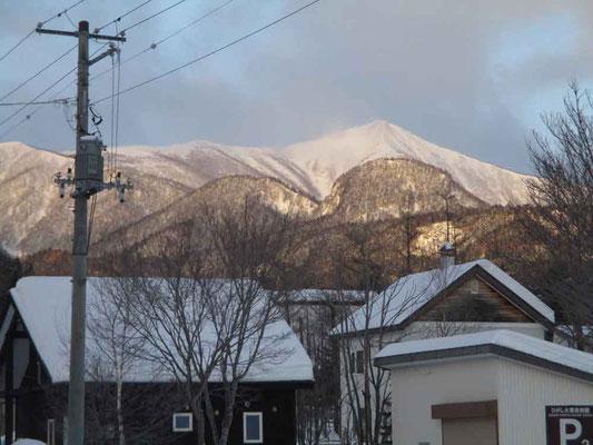 朝、東大雪自然館駐車場から見えたウペペサンケ