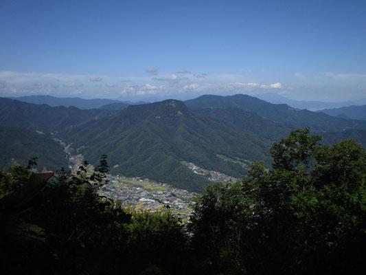 木立が切れているところから青木村の集落と子檀嶺岳 奥の山は?