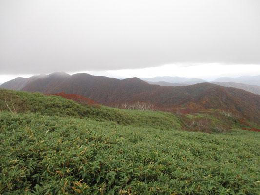 山頂まで行ってみる ガスが風で動き、再び見晴らしがきくようになっている