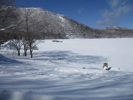 氷上のワカサギ釣りも最盛期の様子