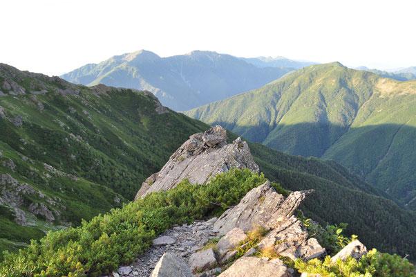 大きな岩稜を登り切ると、南アルプス南部の大きな山並みが見えてきました!