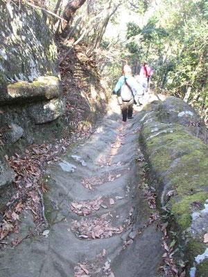 下山に使った所は搬出用に使われたまさに石の滑り台