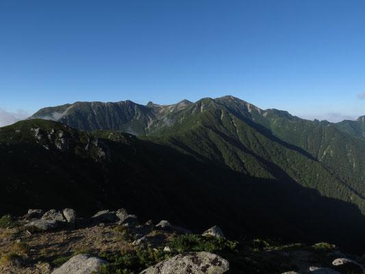 雲が晴れたひとときに現れた木曽駒ヶ岳本峰
