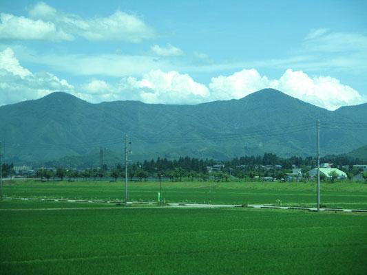 上越線からの眺め 上・下権現堂山が大きく見えました