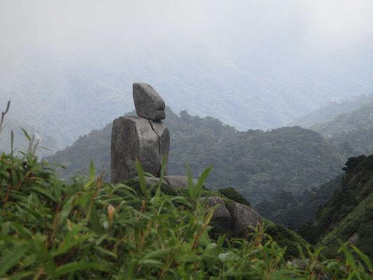 どうしても笑っている立像のように見える奇岩「ゲンコツ岩」とか