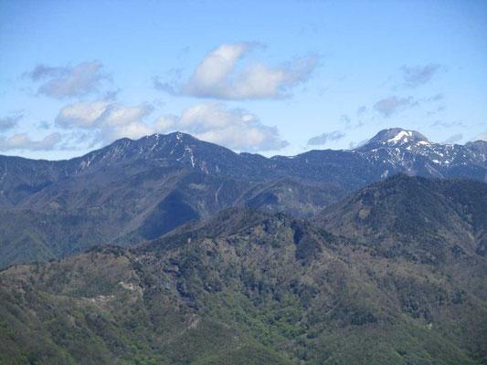 右手の雪を付けたドーム型の山は日光白根山、左の山は錫ヶ岳でしょうか。きれいに見えます。