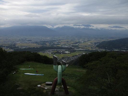 ゆっくり歩き一時間半ほどして山頂に戻ると、すでに北アの山頂部は雲に隠されていた