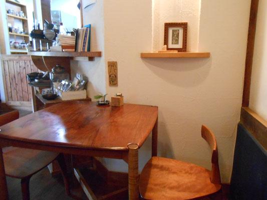 店内の一角、もちろんテーブルも椅子もTSUKA家具工房作です