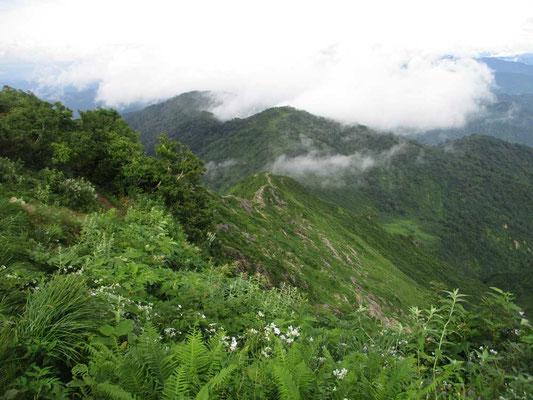 上から今辿ってきた剣ヶ峰の稜線を見下ろします