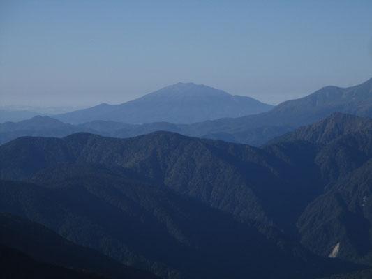 遠くには美しい山容の御嶽山がよく見える