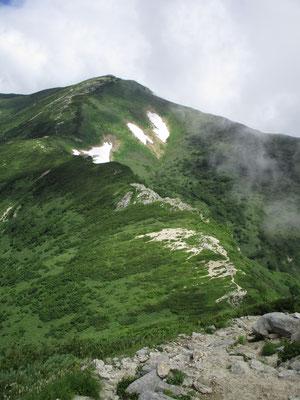 一旦下ってはグングン登りの続く登山道 飯豊本山に向けて