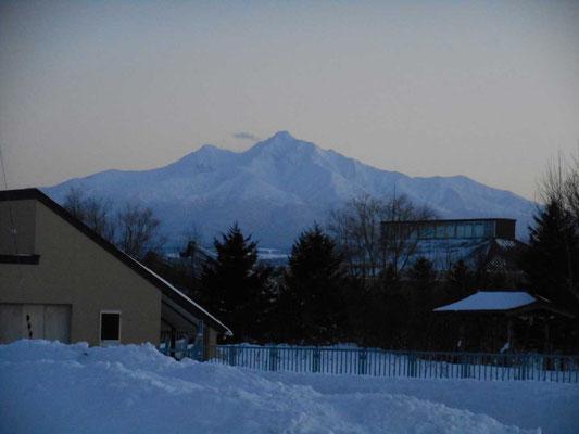 二日目、知床斜里の「北のアルプ美術館」からの帰路に街なかから見える薄暮の斜里岳