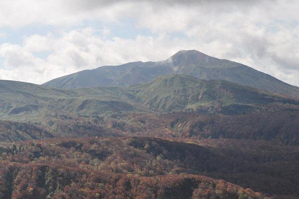 はじめは頭を雲に隠していた秋田駒ヶ岳も姿を見せてくれました