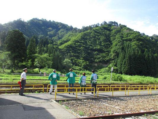 「只見線に手を振る活動」というのがあり、出発する列車に地元の方たちがハッピを着て元気よく手を振ります