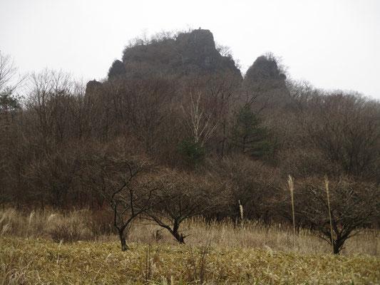 振り返ると、一瞬 磨墨岩が堂々と見えました