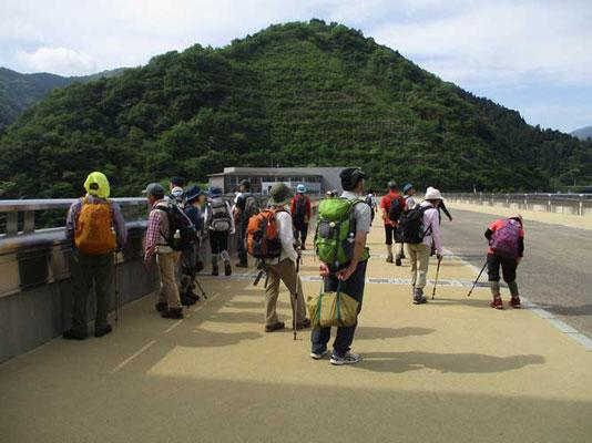 宮ヶ瀬ダムサイトから登り始めます