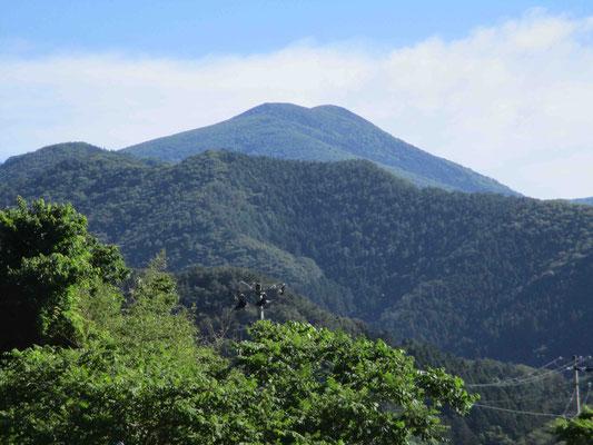五葉山に向かう道すがら、美しい双耳峰の山