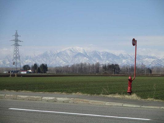 車を走らせていて初めて目にした遠くの淡い色合いの山並み