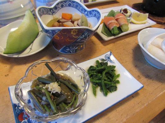 手前のはワラビとジュンサイの和え物 ジュンサイは料亭とかの高級食材で滅多に口に入らないものだけれど、あちらではスーパーで普通に売っているとのこと 隣の緑のはミズ(ウワバミソウ)のおひたし