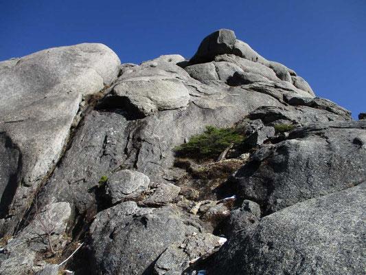 大日岩を見上げる