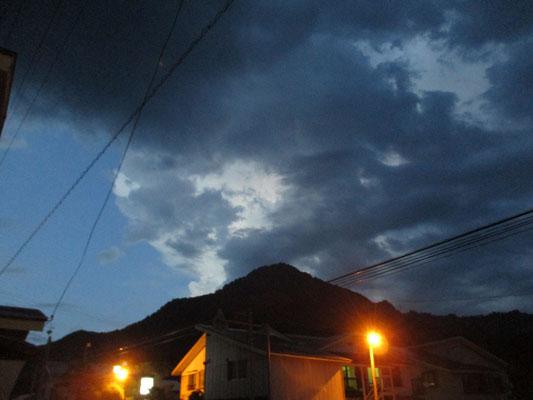 二日目の夜、各地で雷雲が発達していたようで会津田島方面の雲が柴倉山の向こうでピカピカ光っていました