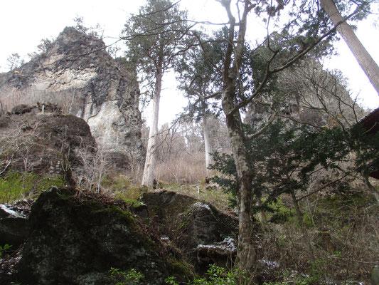 境内というか奥の院の伽藍に通じる参拝路脇にはずっと奇岩が迫っている これは左・夕日岳 右・朝日岳