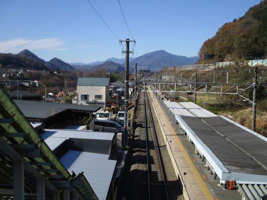 この日は駅の跨線橋からもくっきりと山並みが見える好天