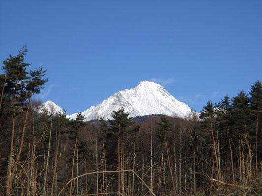 ロッジ山旅を出た所で、すでにババーン!と赤岳(真っ白だけど)