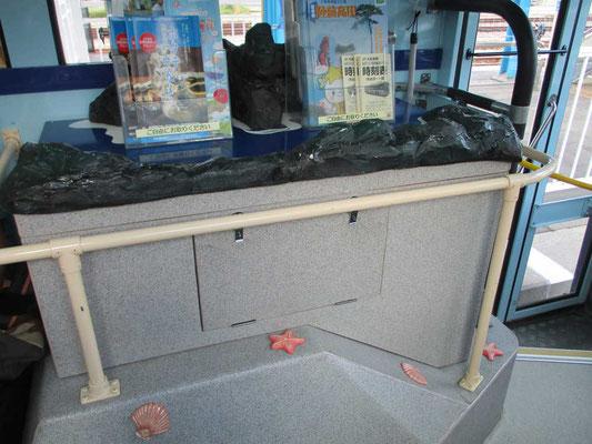 バスの前方には観光パンフの台が…貝殻のレリーフがちりばめられています