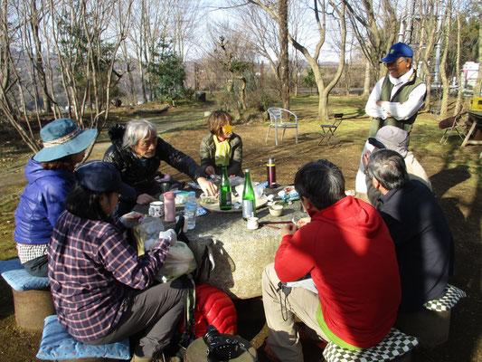 下山後の沓掛館山での宴会 「西山を守る会」の事務局代表の話を聞く