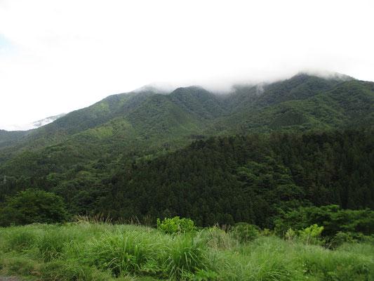 稜線部が雲に隠れているが、ようやく下山して姿を見た丹沢山塊 加入道山か