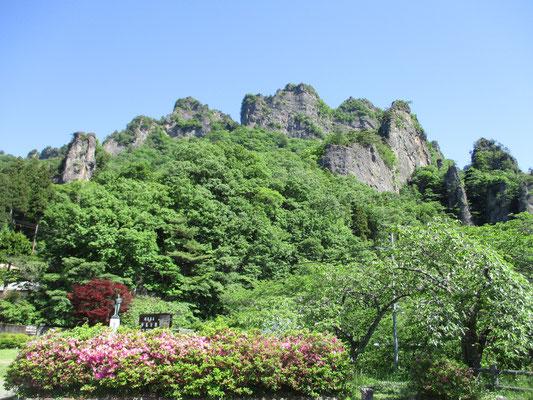 観光客も多い妙義山の中之嶽神社最寄りの駐車場より