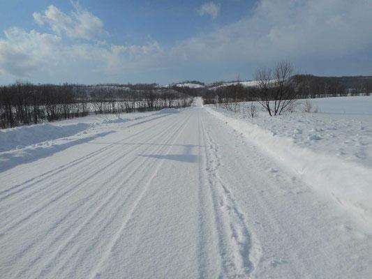 北海道特有の何処までもまっすぐな道、かつて斜里岳登山口をめざしこの道を車で走ったことがあったと思い出す