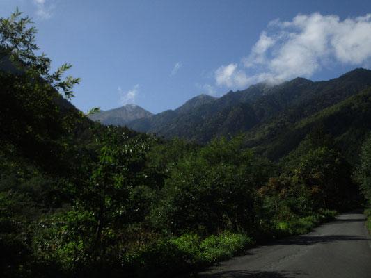 駐車場への道で、もう一度振り返って山頂の方を眺めると、好天のなか常念が手を振っていた