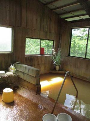 行きがけに立ち寄った赤湯温泉 源泉かけ流しで湯口では透明ですが、鉄分が多く空気にふれると赤い湯となります