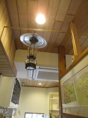自宅で時々使用している現役のアルコールランプ 店に吊り下げるように自前で設置を工夫したとのこと すごく器用で何でも作ります
