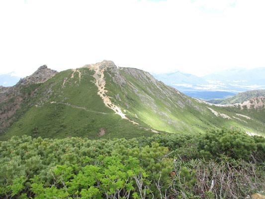 東天狗岳が正面に見えます が、もうくたびれたしスケッチもしたいので、行きません 西天狗山頂でのんびり