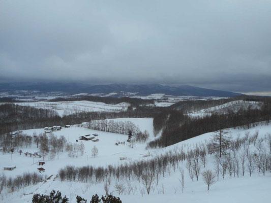 「宇宙展望台」の一番上に登って見えた雪原風景 向こうには藻琴山が雲のなか